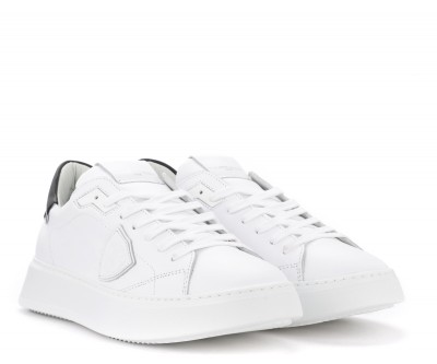 Laterale Sneaker Philippe Model Temple L in pelle bianca con spoiler nero