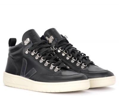 Laterale Sneaker Veja Roraima in pelle nera con logo