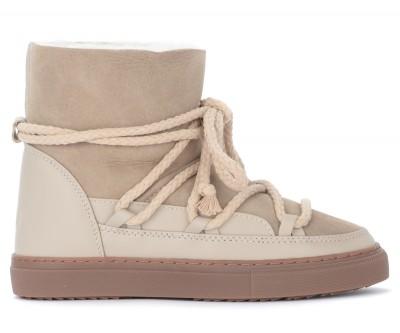 Stivaletto Inuikii modello Sneaker Classic realizzato in cuoio scamosciato color beige. Fodera interna in shearling Suola in gomma antiscivolo Logo posteriore Resistente all'acqua Realizzato artigianalmente