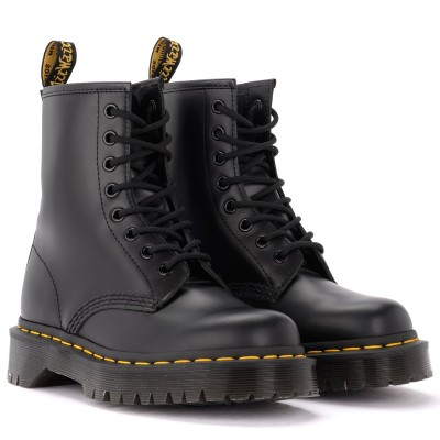 Laterale Dr. Martens model 1460 amphibious boot in shiny black leather