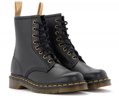 Laterale Dr. Martens 8-holes combat boot made of black vegan leather