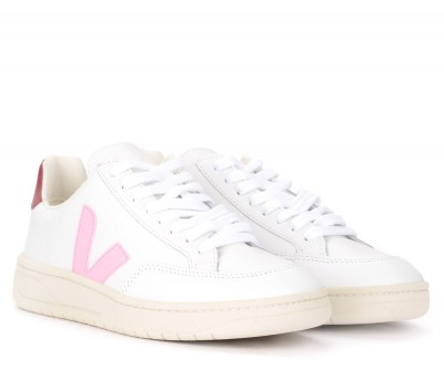 Laterale Veja V-12 sneaker in white leather and pink logo