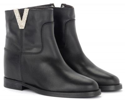 Laterale Via Roma 15 ankle boot in black leather with V with diamonds