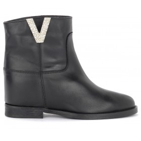 Via Roma 15 ankle boot in black leather with V with diamonds