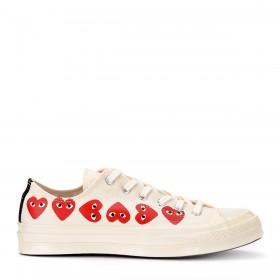 Sneaker Comme des Garçons Play x Converse aus beiger Canvas mit Herzen an den Seiten.