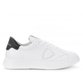Sneaker Philippe Model Temple L in weißem Leder mit schwarzem Spoiler