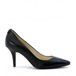 Zapato de salón Michael Kors de piel saffiano negra con puntera afilada