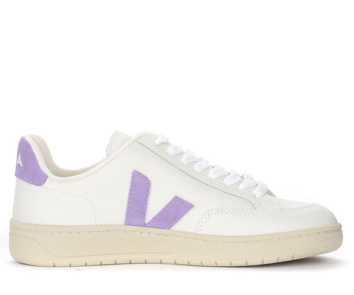Sneaker V-12 in pelle bianca con logo in camoscio color lavanda - VEJA - Modalova